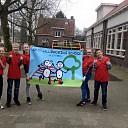 Nieuwe shirts en vlaggen voor de Sint Willibrordusschool