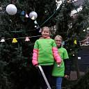 Leerlingen hangen slinger in kerstboom