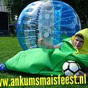 Nieuw bubbel voetbal bij maisfeest
