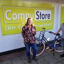 Mevrouw Kooistra wint Gazelle fiets bij Compustore