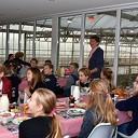 Schoolontbijt met uitzicht op de biggetjes en varkens bij de Varkenshoff