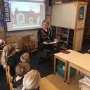 Burgemeester van Lente leest voor op basisschool de Wegwijzer in Nieuwleusen.