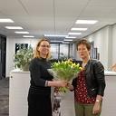 Henny Goos neemt de hoofdprijs in ontvangst bij Jeanette Visscher Makelaars