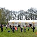 Burgemeester onthult dorpsvlag Hoonhorst tijdens Koningsdag