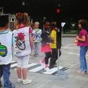 Basisschool leerlingen krijgen uitleg tijdens fietstraining