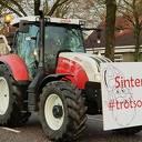 Sinterklaas met de tractor en wagen naar basisschool