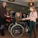 Leerlingen OBS Heidepark dansen 'Hand-in-Hand' met bewoners verzorgingshuis Brugstede