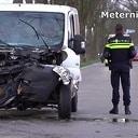 Met busje tegen boom, bestuurder gewond