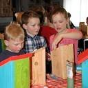 Kinderen timmeren vogelhuisjes tegen de processierups