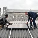 Wethouder Faijer legt eerste zonnepaneel Vinkenbuurt Stroomt