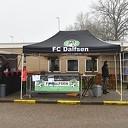 Elkaar helpen tijdens oliebollenactie FC Dalfsen
