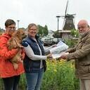 Wethouder van Leeuwen neemt petitie Hondenspeelveld Dalfsen in ontvangst